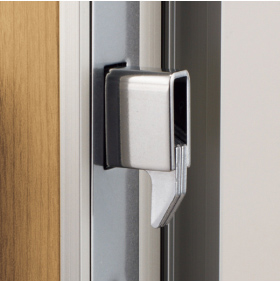鍵が錠受けにがっちりとかみ合わさり、こじ開けに負けない